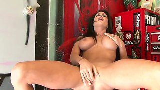 Curvy Bombshell Jessica Jaymes Has Loud Orgasm