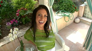 Seducing Milf Jessica Jaymes Strips To Bikini