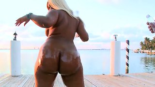 Gizelle Xxx Greases Her Big Butt With Oil