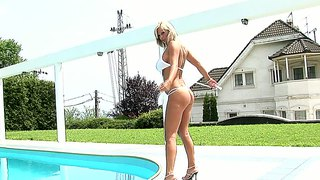 Sheila shows her pussy on the tennis court