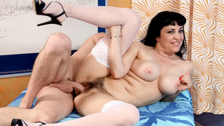 Horny Mom's Pussy Gets Fuck And Cover With A Hot Man's Load!