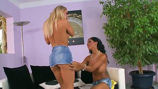 Kandy Strong Gets Deep Licked And Stimulated By Lesbian Hottie Kyra Black