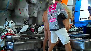 Guy Gets Blown By Two Beautiful Chicks In A Garage
