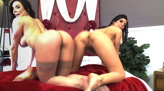 Kentra lust play with girlfriend on show with different kinds of toys